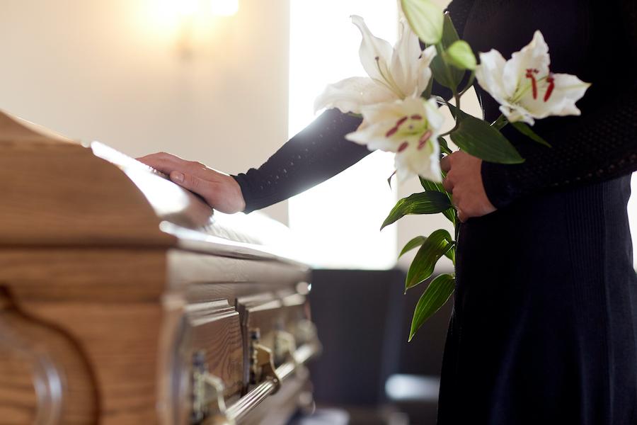 Fiori per un funerale: a chi rivolgersi e quali scegliere